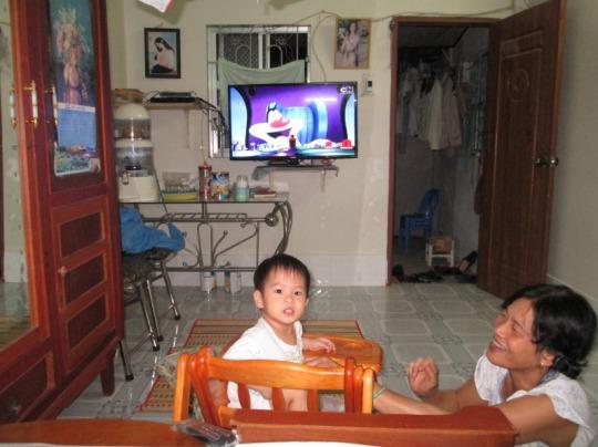 23. Bà cháuxem TV