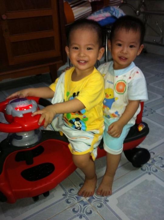 Hai bé song sinh Minh Đăng và Minh Khôi