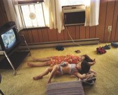 Ảnh minh họa: Hai chị em xem ti vi